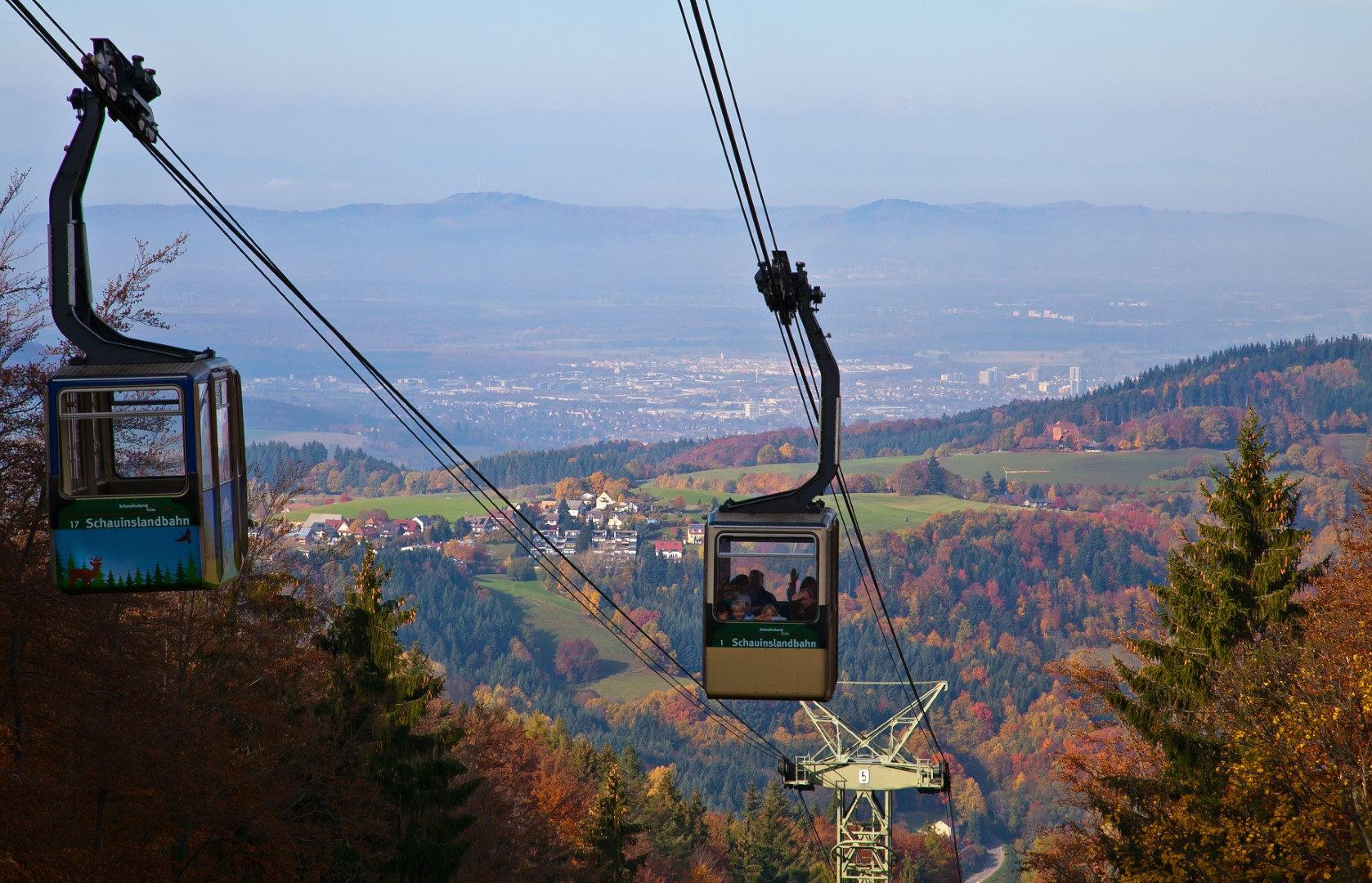 Die Schauinslandbahn erschließt den Freiburger Hausberg und ist mit 3.600 m Strecke Deutschlands längste Umlaufseilbahn. Eine Fahrt dauert fast 20 Minuten
